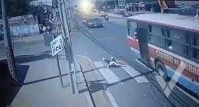 Imputaron a supuesto asaltante y a chofer de ómnibus de donde cayó mujer que está grave