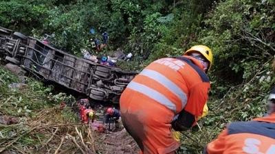 En Bolivia cayó un ómnibus por un precipicio, dejando como saldo 23 muertos y 13 heridos