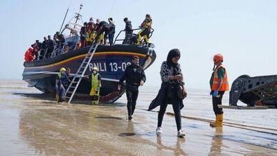 Reino Unido: En un solo día llegaron a sus costas 1.000 inmigrantes desde Francia y crece la disputa