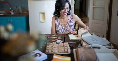 La Nación / Emprendedores LN: apasionada por el arte y la botánica, crea piezas con flores y hojas frescas prensadas