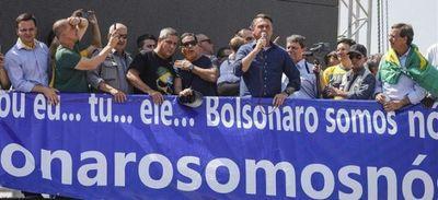 Bolsonaro arenga a multitud y asegura que Brasil escribe