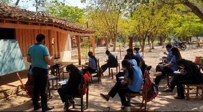 Alumnos de colegio dan clases bajo árboles por problemas de infraestructura