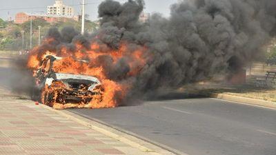 Un vehículo ardió en llamas en la Costanera de Asunción
