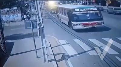 Pasajera que se arrojó de bus está grave: imputan a ladrón y a chofer
