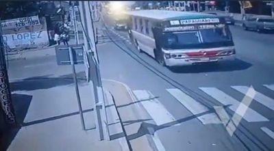 Organizan pollada para cubrir gastos de joven que cayó de un bus en movimiento
