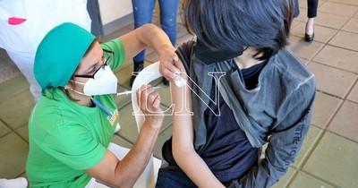 La Nación / Piden vacunar a adolescentes de 12 a 18 años sin enfermedades de base