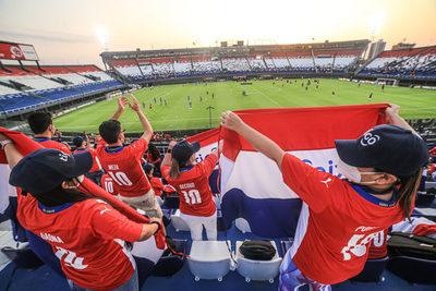 """De pie """"la otra selección"""" es homenajeada por hinchas y la albirroja, en nombre de todo Paraguay"""