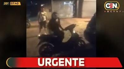 Mujer destroza vehículo de su expareja en ataque de furia