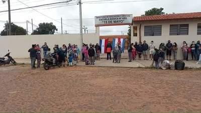 Manifestación frente a escuela de Tayazuape