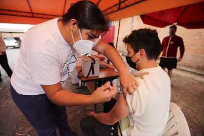 Salud destaca buena concurrencia en vacunatorios para recibir la primera dosis anticovid