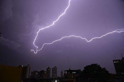 Anuncian tormentas eléctricas para ocho departamentos