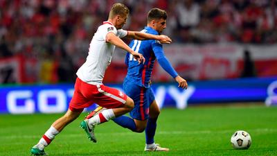 Polonia frena a Inglaterra en un agónico empate