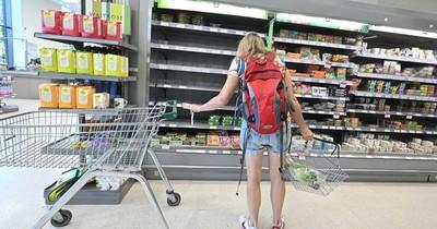 La Nación / Escasean leche y agua en los supermercados de Reino Unido
