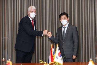 Corea del Sur y Paraguay firman memorando para impulsar tren de cercanías