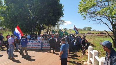 Cierran ruta por endurecimiento de pena contra invasores de tierra