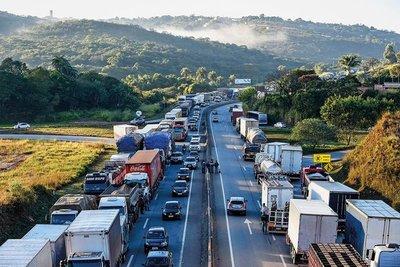 Alrededor de 2 mil camiones están detenidos en Foz de Yguazu por huelga de camioneros
