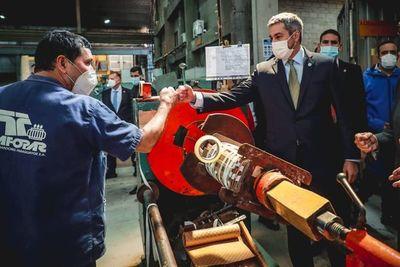 Presidente visitó fábrica de transformadores eléctricos, llevando su apoyo a la industria nacional