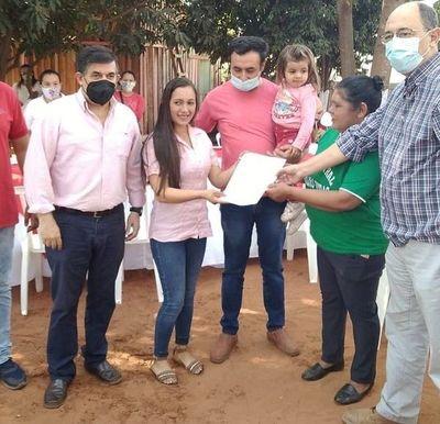 Otras 130 familias de Caaguazú recibieron contratos por sus lotes