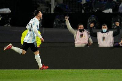 Messi anota e iguala a Pelé como máximo goleador de selecciones en Sudamerica