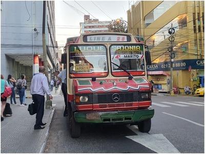 Pasajeros son castigados con buses vetustos y larga espera por escasez