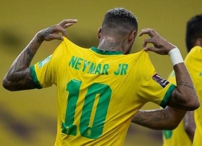Brasil gana y sigue cómodo en la punta