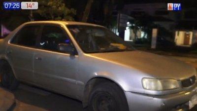Mujer en aparente estado de ebriedad choca contra vehículo estacionado