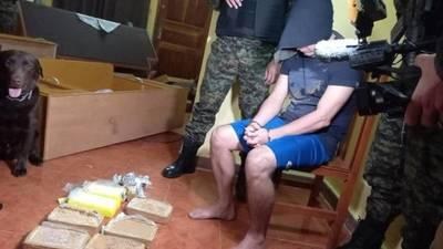 Un miembro del clan Rotela fue aprehendido durante un allanamiento y en su poder habían drogas, armas y dinero