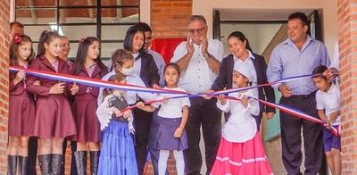 Gobernador inaugura aula en escuela de Santa Rosa del Mbutuy