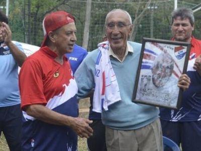 Homenajean en vida a un histórico exjugador de Nacional