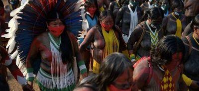 Miles de mujeres indígenas protestan contra Bolsonaro en Brasilia
