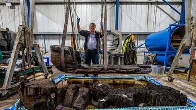 """Descubren por 'accidente' un """"raro"""" sarcófago de 4.000 años tallado de un tronco"""