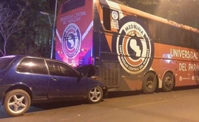 Conductor sufre lesiones tras estrellarse contra ómnibus estacionado