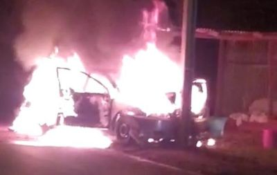 Automovilista choca contra columna y su vehículo arde en llamas
