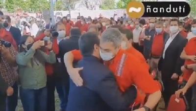 """El corto e incómodo """"abrazo republicano"""" entre Abdo y Cartes"""