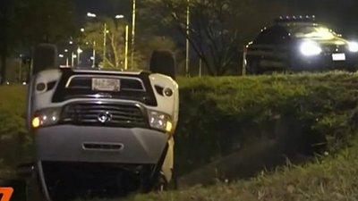 Vehículo queda ruedas arriba tras supuestamente huir de barrera