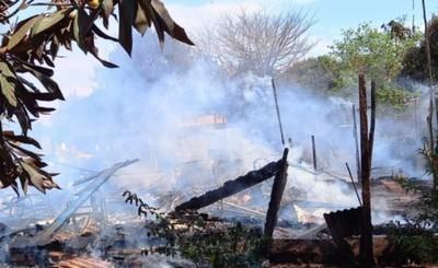 Incendio redujo a cenizas una vivienda de madera