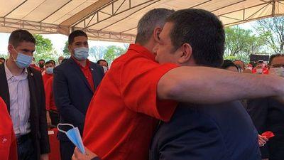 El abrazo entre Cartes y Marito en  festejo fue forzado y rápido