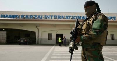La Nación / Pese al miedo, las mujeres vuelven al trabajo en el aeropuerto de Kabul