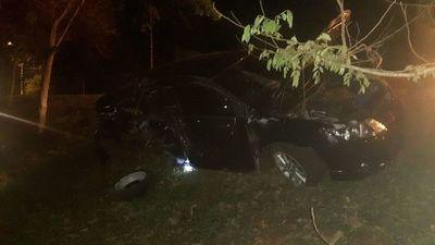 Automóvil pierde una rueda en plena marcha y choca contra un árbol