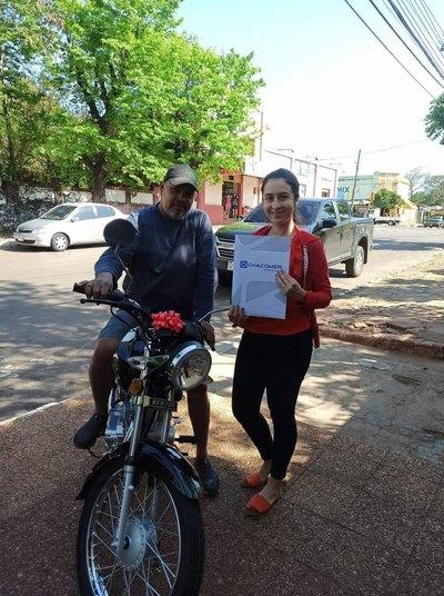 Crónica / Pegando zapatos cumplió el sueño de su hijastra y ella le pagó regalándole una súper moto
