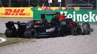 Coche de seguridad en pista por accidente de Verstappen y Hamilton