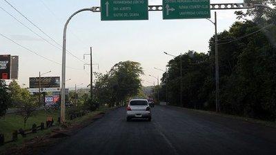 Alto Paraná: Vehículo perdió una rueda y chocó contra un árbol