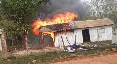 Incendio consume totalmente una vivienda en Coronel Oviedo