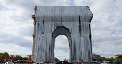 """La Nación / Empieza el """"empaquetado"""" del Arco del Triunfo de París, obra póstuma del artista Christo"""