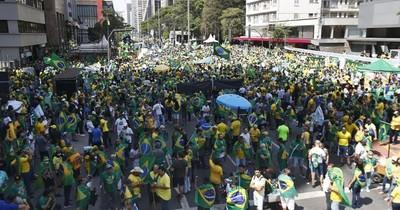 La Nación / Cientos protestan contra Bolsonaro en Brasil tras semana de tensiones