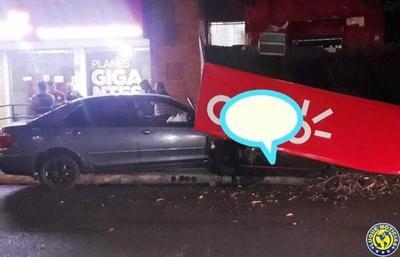 Automovilista desaparece tras causar destrozos en un comercio de Luque •
