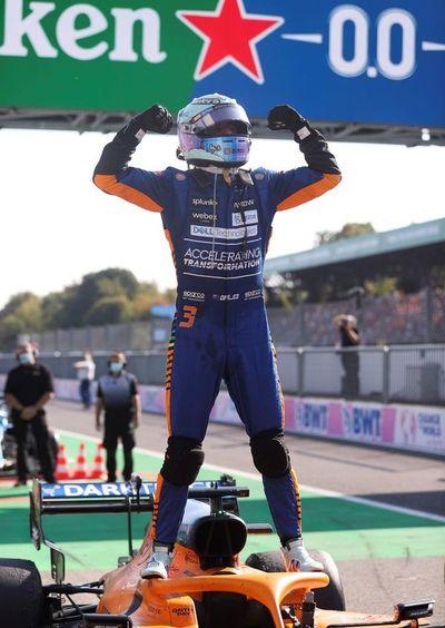 Ricciardo celebra y otros lo sufren