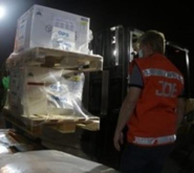 Llegan 306.900 dosis de AstraZeneca donada por España