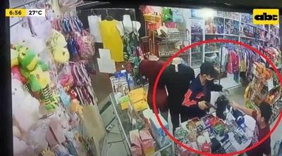 Policía sufre balazo durante asalto a comercio