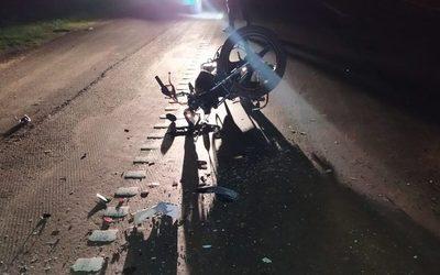 Motociclista queda en grave estado al caer violentamente sobre la Ruta PY02